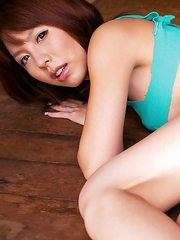 Mai Hagiwara shows firm behind in yellow panty outdoor